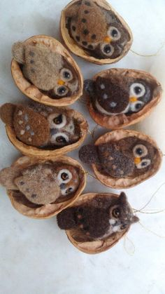 Tolle Uhu in Nussbaum, mit Nadel gefilzt Great eagle owl in walnut, felted with needle Woodland Christmas, Felt Christmas, Christmas Tree Ornaments, Needle Felted Animals, Felt Animals, Fuzzy Felt, Wool Felt, Walnut Shell Crafts, Felted Wool Crafts