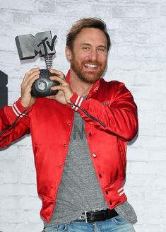 David Guetta is proud of his MTV EMA award of Best Electronic! French Dj, Edm, The Power Of Music, David Guetta, The Dj, Awards, Singer, Cure, Rock