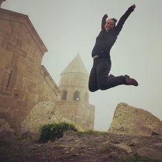 Un salto a más de 2.000 m donde se encuentra la bonita Iglesia de la Trinidad de Gergeti en Georgia!