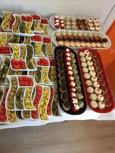 Kokteyl organizasyonları için kokteyl catering, süsleme ve malzeme temini. Party Platters, Party Trays, Party Dishes, Food Platters, Breakfast Presentation, Food Presentation, Breakfast Lunch Dinner, Breakfast Dessert, Tapas Recipes