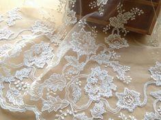 Luxe Alencon dentelle Ivoire tissu nuptiale pour robes de bénédiction, des mariages, des voiles, altéré Couture
