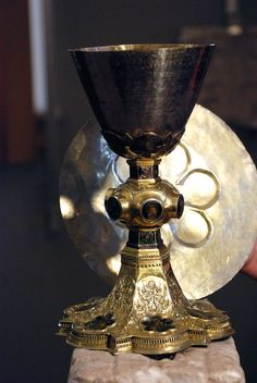 Eucharistic Miracle of Veroli-1570: The Blessed Sacrament was first placed in a round pyx and then placed in a large chalice, covered with a paten) for the Forty Hours of Eucharistic Adoration. An apparition of Child Jesus appeared during the exposed Host and gave many blessings to the parishioners who attended the 40 Hours Eucharistic Adoration. Today, the chalice and the paten of the Eucharistic Miracle of Veroli rests at the Cattedrale di Sant'Andrea-Duomo di Amalfi Italy Catholic Radio, Lives Of The Saints, Art Deco Period, Natural Wonders, Traditional Design, Metal Working, Jesus Christ, Amalfi Italy, 40 Hours