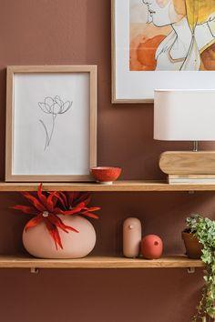 Anders als noch 2018 stehen heuer nicht mehr Möbel im Rost-Look bei der Farbgestaltung im Fokus. Der Blick richtet sich vielmehr auf die Wandfarbe im Schlafzimmer und ein reduziertes, harmonisches Setting. Floating Shelves, Lisa, Shades, Inspiration, Home Decor, Paint, Pastel, To Draw, Biblical Inspiration