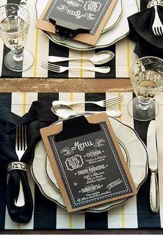 Detalhes em preto, branco e amarelo conferem sofisticação. Mas entrada, prato principal e sobremesa devidamente anotados na prancheta que apresenta o jantar aos convidados é um ponto de descontração