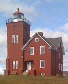 Farol de Two Harbors, no Lago Superior, estado de Minnesota, USA. É o farol mais velho em funcionamento no estado de Minnesota. Tem vista para a Baía de Ágata no Lago Superior. Sua construção começou em 1891, e entrou em operação em abril de 1892. Foi construído para fornecer passagem segura no porto da Baía de Ágata durante o início do século XX, uma vez que Two Harbors era o ponto principal do transporte de minério de ferro. A torre do farol tem 49,1 m de altura.