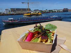 Ganz in der Nähe der Hippie-Hochburg Christiania in Kopenhagen hat vor ein paar Wochen eine niegelnagelneue Street-Food Halle aufgemacht. In einer ehemaligen Papierfabrik soll es leckeres Street Food geben.