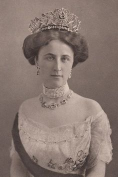 Grand duchess Feodora of Saxe Weimar -Eisenach, nee Princess of Saxe Meiningen (1890-1972) She was the second spouse of Grand duke Wilhelm Ernst of Saxe Weimar. Lets remember that his first spouse, Princess Caroline Reuss zu Greiz, died in 1905, most probably by suicide .