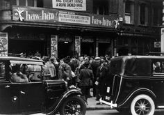 """25th May 1940: Crowds outside the Holborn Empire before the """"Haw Haw Laughter Show"""". (Photo by Baron/Getty Images)"""