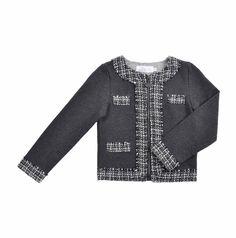 """Chaqueta corta tipo """"Chanel"""" para niña, con textura similar a la lana, en dos tonos de gris. Cierre al frente y detalles, con acabados deshilachados en los bordes. The Bund, Lana, Sweaters, Kids, Fashion, Chanel Kids, Little Girl Clothing, Two Tones, Short Jackets"""