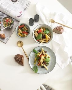 @miss_liesbeth_3 & ich haben heute #frischgekocht 💛 als fans des magazins probieren wir immer wieder rezepte aus oder lassen uns inspirieren! heute gabs #nudelsalat mit #antipasti #gemüse 😵 bei den temperaturen einfach das beste! mahlzeit! . . . #genussmoment2017 #billa_at #austia #kochen #food #foodphotography #foodisfuel #pastasalad #carbs #vegan #veganfood #veganrecipe #interiorlover #interiorblogger #igers #instas #lovedailydose #kleinerfeinerfeed #yummy Vegan Recipes from BEAUT.e See…