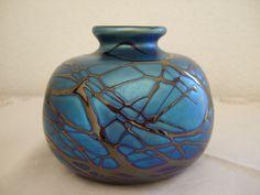 Petrolfarbige Kugel-Vase irisierend mit aufgeschmolzenem Fadendekor handsigniert