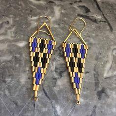 Cette saison j'habille les triangles dorés d'un tissage peyote en bugles miyuki. Ce sont de petites perles tubes en verre. Je les utilise pour faire des boucles d'oreilles éléga - 19504980