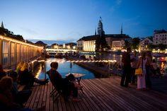 Sommerabend in Zürich: In der Barfußbar, die zur Frauenbadi dazu gehört, müssen alle Besucher die Schuhe ausziehen.