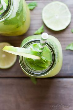An overhead shot of Fresh anti-inflammatory juice in a glass bottle Anti Inflammatory Smoothie, Anti Inflammatory Recipes, Healthy Dinner Recipes, Whole Food Recipes, Healthy Snacks, Healthy Options, Cleanse Recipes, Juice Recipes, Diet Recipes