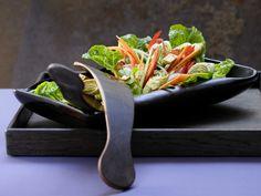 Erdnüsse und Koriander sind typisch für indonesische Küche. Indonesischer Salat - mit Eierrollen, Erdnüssen und Koriander - smarter - Kalorien: 613 Kcal - Zeit: 40 Min. | eatsmarter.de