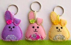Cute keychain with owl of felt Keychain Hanger by Bambelo Felt Diy, Felt Crafts, Fabric Crafts, Easter Projects, Easter Crafts, Hobbies And Crafts, Arts And Crafts, Felt Keychain, Diy Ostern