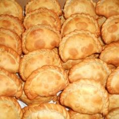 Pastechi Karni (pasteitjes met gehakt) oh so good, they used to serve them on the plane from curacao to bonaire Carribean Food, Caribbean Recipes, Tapas, I Love Food, Good Food, Yummy Food, Dutch Recipes, Cooking Recipes, Vegan Recipes