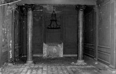 """Πολλές πηγές ταυτίζουν το Διονύσιο Λοβέρδο με υψηλόβαθμο τέκτονα, μέλος της Στοάς """"Παρθενών"""", της Μεγάλης Στοάς της Ελλάδας, ο οποίος μέσα σε αυτό το κτίριο πραγματοποιούσε συναθροίσεις τεκτονικής μορφής (ή αλλιώς μασονικές τελετές), κάτι που ενισχύεται από τις φήμες για την ύπαρξη στοών κάτω το κτίριο, οι οποίες εκτείνονται -ή εκτείνονταν, γιατί το πιο πιθανό μετά από τόσες δεκαετίες είναι να μην υπάρχουν πια- σε μεγάλη απόσταση και οδηγούν σε σημαντικά σημεία της Αθήνας."""