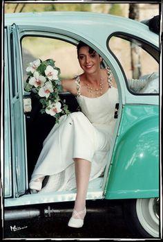Rien de tel qu'une 2CV pour marquer les esprits ! http://yesidomariage.com - Conseils sur le blog de mariage