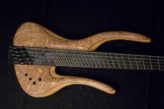 Bas Extravaganza - Waaier Bass - Fanned fret bass gives extra motion for low strings and extra punch on higher strings. Unique body design.