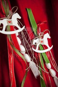 Χριστουγεννιάτικη κρεμαστή μπομπονιέρα βάπτισης με λευκό ξύλινο αλογάκι Party Favors, Favours, Lucky Charm, Christmas Ornaments, Carousel, Holiday Decor, Charms, Wedding, Home Decor