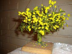 Se hace con mostacilla amarilla representando las flores, con mostacilla de color verde para las hojas y el tronco de masa todo esto sobre una base. El árbol se llama el aromo.