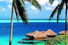 Os tons de azul e verde se misturam na água do mar de Huahine, na Polinésia Francesa