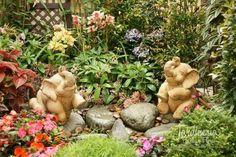 Elefantes en el jardín - ¿No son tiernos? Linda idea para decorar algún rinconcito del jardín - http://jardineriaplantasyflores.com/fotos/elefantes-en-el-jardin/