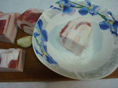 Nakládaný bůček s česnekem je skvělou pochoutkou pro milovníky masa Bucky, Serving Bowls, Plates, Tableware, Licence Plates, Dishes, Dinnerware, Griddles, Tablewares