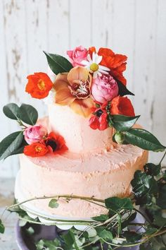 The unfinished, not-so-perfect texture to this cake is what makes it perfect for a tropical wedding. The flowers are stunning and work well with the buttercream pale peach colour