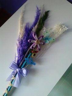 Palmas para el día de ramos hechas a mano decoradas con una mariposa y flor en goma eva.. bonitas y originales color violeta