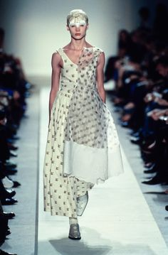 Comme des Garçons Spring 2002 Ready-to-Wear Fashion Show
