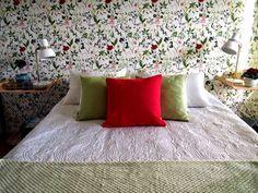 Keltainen talo rannalla: Rustiikkia ja makuuhuoneen muutos Scandi Home, Comforters, Blanket, Bedroom, Wallpaper, Creature Comforts, Quilts, Wallpapers, Bedrooms