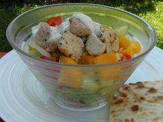 """Tento salát se výborně hodí jako hlavní jídlo do teplých jarních či letních dnů. Zároveň je dobrou """"fintou"""", jak do sebe dostat pořádnou porci zeleniny."""