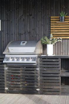 DIY / gjør det selv:  Blomsterkasse med innebygd grill  - og ekstra mye skap / hyller  Silje Skrinde, influencer og gjestedesigner for MøreRoyal, har laget et fantastisk utekjøkken. Du rekker også å snekre det sammen til grillsesongen starter. Ready, steady, go!  Foto: Silje Skrinde Outdoor Fire, Outdoor Furniture, Outdoor Decor, Garden Inspiration, Pergola, Bbq, Home And Garden, Backyard, Landscape