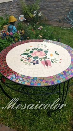 Mosaic Garden Art, Mosaic Pots, Mosaic Glass, Mosaic Tiles, Mosaic Crafts, Mosaic Projects, Outdoor Table Tops, Outdoor Decor, Mosaic Furniture