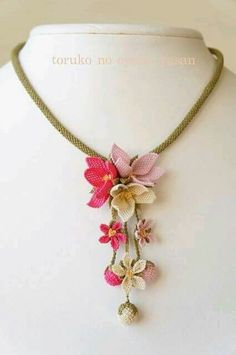 Vintager rosa blauer gelber Mini – Claudia Siqueira Costa – Join in the world of pin Crochet Jewelry Patterns, Crochet Flower Patterns, Crochet Accessories, Crochet Flowers, Jewelry Crafts, Jewelry Art, Handmade Jewelry, Elegant Flowers, Beaded Flowers
