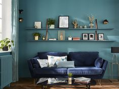 Chic colors set the tone! For a hushed and contemporary atmosphere, we combine dense green walls with navy blue of a velvet sofa, re . - My Website 2020 Blue Velvet Sofa, Blue Tapestry, Yellow Houses, Beautiful Color Combinations, Gallery Wall, New Homes, Contemporary, Living Room, Boconcept
