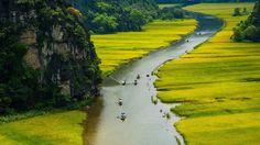 Hoa Lu. On l'appelle « La baie d'Along terrestre ». À une centaine de kilomètres du sud de Hanoi, cette petite ville qui fut capitale autour de l'an 1000, multiplie les images de l'Asie éternelle.