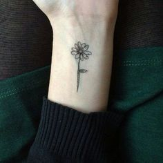 Planning to get a daisy tattoo? Choosing the right daisy tattoo might consume a lot of your time. Aster Tattoo, Aster Flower Tattoos, Flower Wrist Tattoos, Small Flower Tattoos, Foot Tattoos, Body Art Tattoos, Tattoo Art, Tattoo Girls, Girl Tattoos