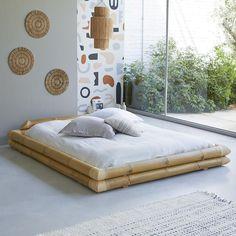 lit futon bambou déco murale ronde suspension fibre naturelle baie vitrée Bamboo Bed Frame, Futon Bed Frames, Japanese Style Bedroom, Japanese Home Decor, Bamboo Furniture, Bed Furniture, Outdoor Furniture, Outdoor Decor, Bamboo House Design