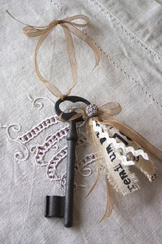 Ancienne grande clé romantique - bijou de porte ou à poser - esprit shabby chic - Lin, ruban et croquet : Accessoires de maison par charmy-co