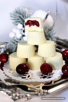 Vreme je da počnemo da pripremamo Božićne i Novogodišnje kolače .....u našoj porodici se slave dva Božića, dve Nove Godine i dva Uskrsa....ja nisam ljubitelj čokolade, ali je zato ženski deo porodice veliki ljubitelj i za njih će ove pralinice biti napravljene za Božić Sweet Desserts, Easy Desserts, Sweet Recipes, Baking Recipes, Cookie Recipes, Dessert Recipes, Christmas Desserts, Christmas Baking, Cake Pops