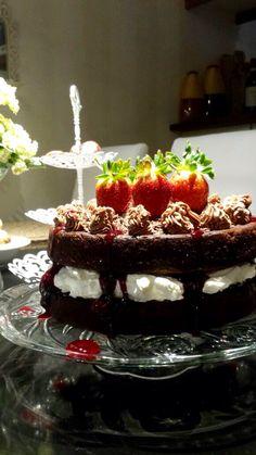 Syntymäpäiväkakku tyttärelle, suklaa, mansikka ja kirsikka