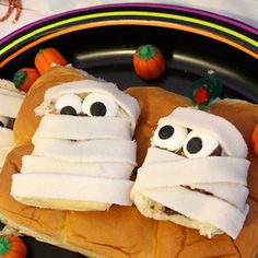 Trick or Treat.We only have treats here! Enjoy this dessert from Samurio Samurio Diaz to curb your sweet tooth, just in time for Hawaiian Sweet Breads, Hawaiian Sweet Rolls, Taffy Candy, Candy Eyeballs, Kings Hawaiian, Hazelnut Spread, Piece Of Bread, Chocolate Hazelnut, Rolls Recipe