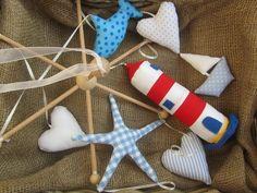 Liebevoll+handgefertigtes+Mobile+mit+einem+Fisch,+einem+kleinen+Segelboot,+einem+Seestern,+3+Herzen+und+einem+Leuchtturm+in+der+Mitte.  Stoffe/St...