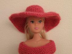 Chapeau rose pour poupée Barbie, Stéfie ou autres, au point mousse et aig. N°2. Idéal et très simple pour faire des cadeaux de noël personnalisés : habillez les poupées de vos enfants ou petits enfants. Personnellement, je n'ai que des garçons à mon grand...