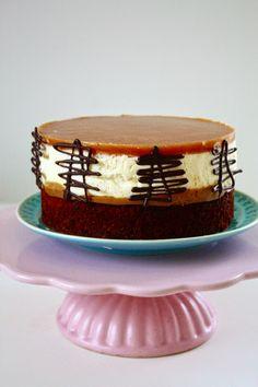 Nougat Brownie Torte mit Salted Caramel und Frischkäsemousse