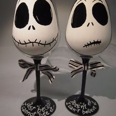 2 Copas de vino pintadas a mano Jack skellington Hand painted wineglass Jack skellington from Enuka Custom. Saved to Hand painted Glassware and ceramics. Diy Wine Glasses, Decorated Wine Glasses, Hand Painted Wine Glasses, Halloween Wine Glasses, Halloween Wine Bottles, Wine Glass Crafts, Wine Craft, Wine Bottle Crafts, Beer Bottle