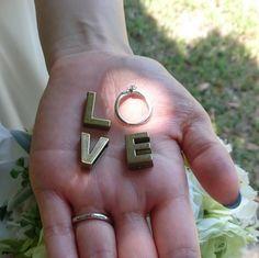 女性の一生の憧れ、プロポーズ♡プロポーズのときにもらったエンゲージリングの写真を撮影して、一生忘れら...海外挙式のことならBride's Dictionary。海外挙式の基本から、人気のハワイ・バリウエディングを中心におすすめの情報をご紹介します。